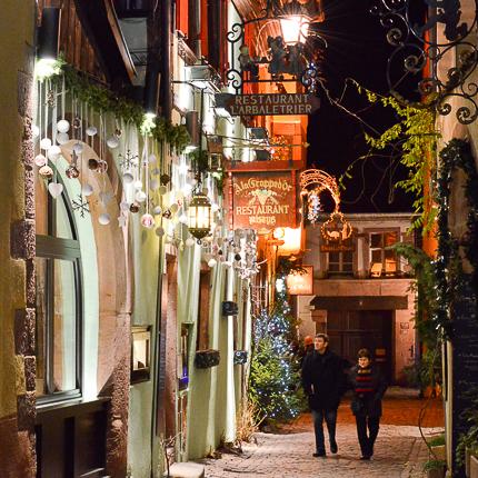 La porte fortifiée de l'Obertor, de nuit en décembre, à l'approche de Noël. Une ambiance de conte de fées...