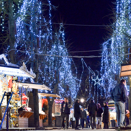 Tous les jours, le marché de Noël se tient sur l'esplanade près de l'Hôtel de Ville de Riquewihr