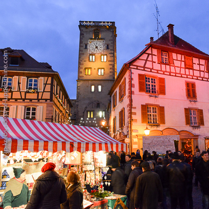 A Ribeauvill�, � 4 kilom�tres de Riquewihr, le march� de No�l est traditionnellement m�di�val.