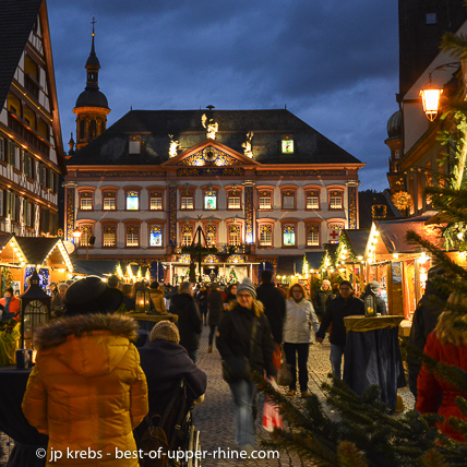 South West of Strasbourg, in Germany, the giant Advent calendar of Gengenbach and its Christmas market should be visited at the end of the afternoon.